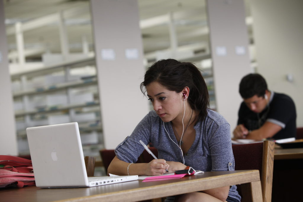 who reads college essays Dive into our updated collection of free, step-by-step guides to deciding your college essay structure, how to start your essay, what college essay topic to pick, how to write a personal statement or supplemental essay, and so much more.